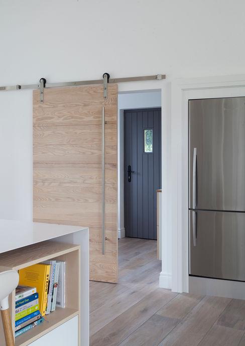 White Kitchen Designer Kitchen by Morgan 現代風玄關、走廊與階梯 White