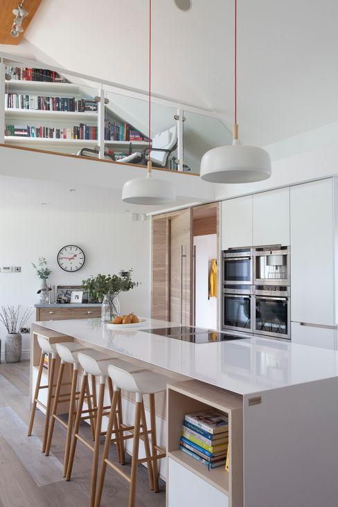 White Kitchen Designer Kitchen by Morgan Pasillos, vestíbulos y escaleras modernos Blanco