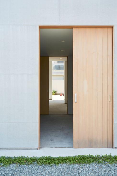 住居と園庭 松浦荘太建築設計事務所 モダンな 窓&ドア