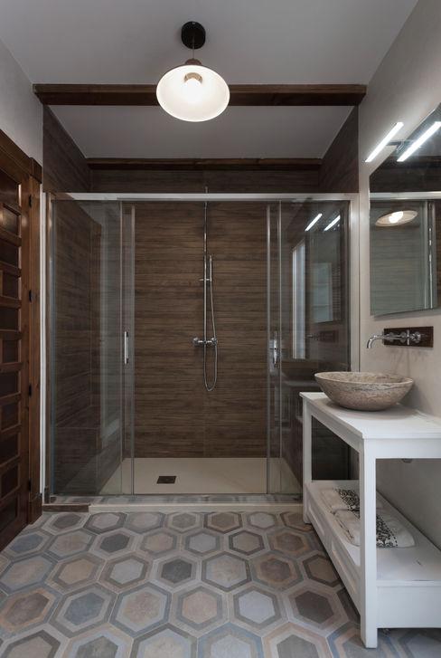 Casa entre vinhedos Raul Garcia Studio Casas de banho rústicas
