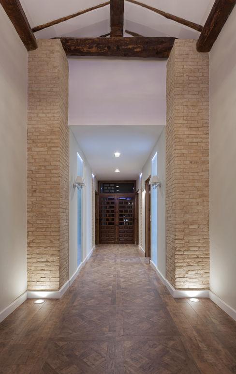 Casa entre vinhedos Raul Garcia Studio Corredores, halls e escadas rústicos