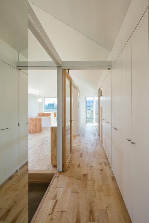 hm+architects 一級建築士事務所 隨意取材風玄關、階梯與走廊 塑木複合材料 White