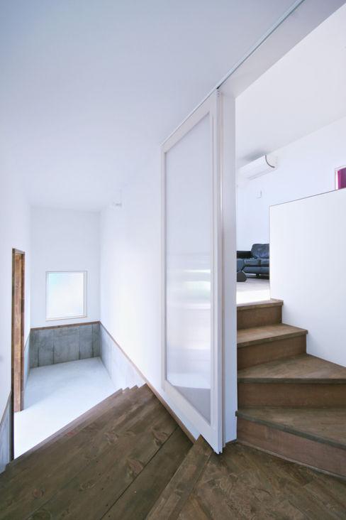 エントランスホール02 加藤淳一級建築士事務所 モダンスタイルの 玄関&廊下&階段