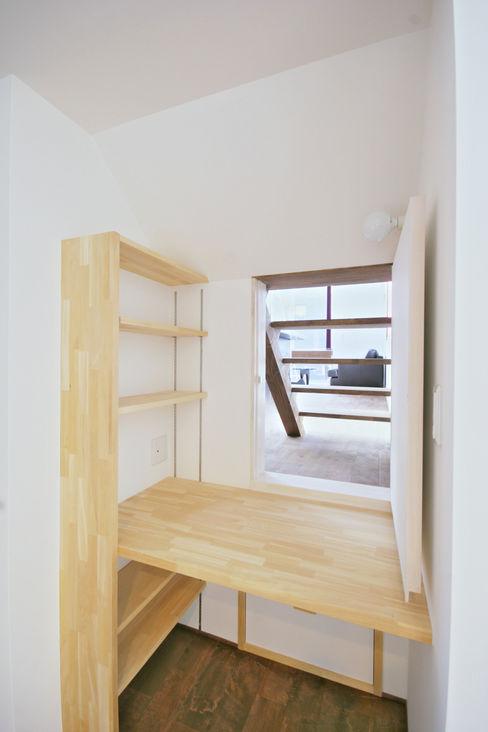 書斎からリビングをみる 加藤淳一級建築士事務所 モダンスタイルの寝室