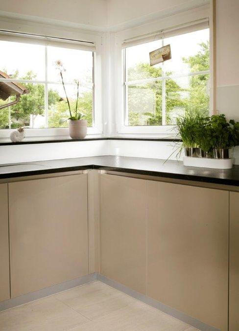 Hochglanzküche U-Form Schreinerei Holzdesign Ralf Rapp Moderne Küchen Holz-Kunststoff-Verbund Bernstein/Gold
