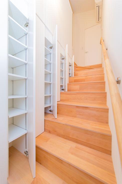 階段収納 インデコード design office モダンスタイルの 玄関&廊下&階段 白色