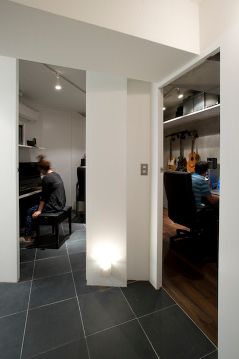 RESONANCE -58m²に、二つの音楽スタジオが 株式会社ブルースタジオ モダンデザインの 書斎