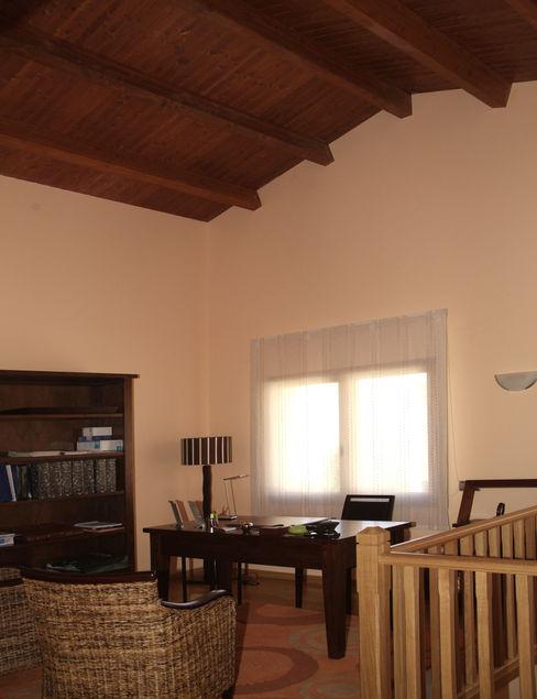 RIBA MASSANELL S.L. Рабочий кабинет в средиземноморском стиле Дерево Розовый