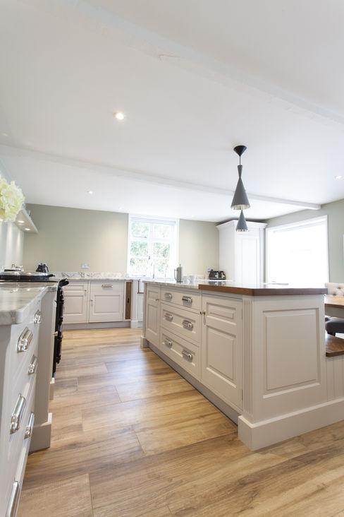 Pentlow Grand - Bespoke kitchen project in Suffolk Baker & Baker Cuisine classique Bois massif Blanc