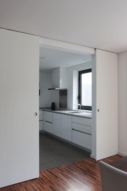 Sónia Cruz - Arquitectura Cocinas de estilo moderno Blanco