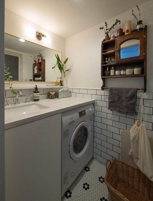 洗面脱衣所 株式会社エキップ クラシックスタイルの お風呂・バスルーム タイル 白色