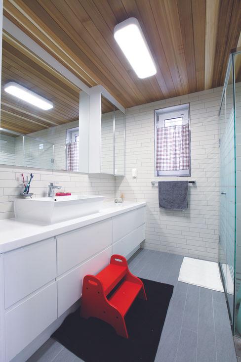 춘건축 Modern bathroom