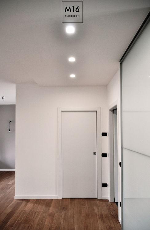 #CFC - ristrutturazione completa appartamento M16 architetti Ingresso, Corridoio & Scale in stile moderno