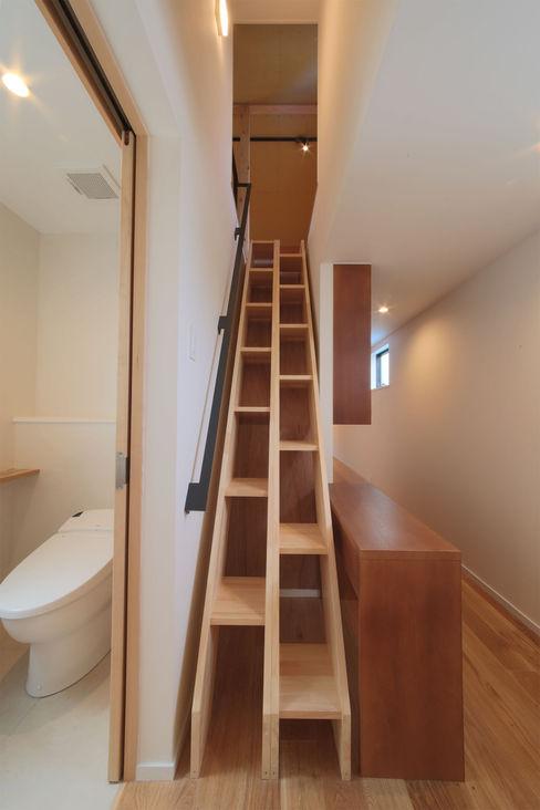 2F ロフト梯子 大坪和朗建築設計事務所 Kazuro Otsubo Architects モダンデザインの ガレージ・物置 木 木目調
