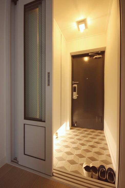 homelatte Minimalist corridor, hallway & stairs
