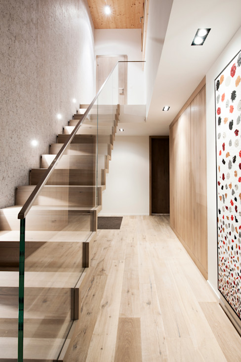 Modern staircase combined with glass Mood Interieur Modern corridor, hallway & stairs Wood Beige