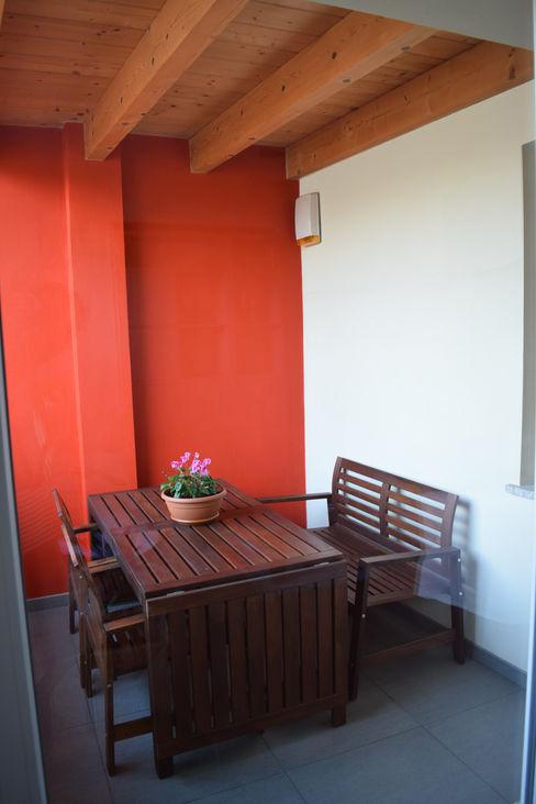 Balcone coperto Fabio Ricchezza architetto Balcone, Veranda & Terrazza in stile moderno Ceramica Rosso