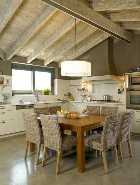 DEULONDER arquitectura domestica Cucina in stile rustico Bianco