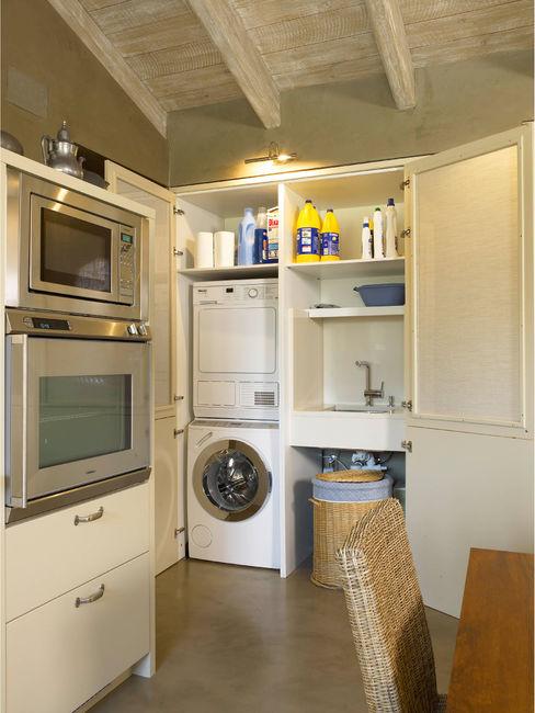 Zona de lavadero camuflada tras el armario DEULONDER arquitectura domestica Cocinas de estilo rústico Blanco