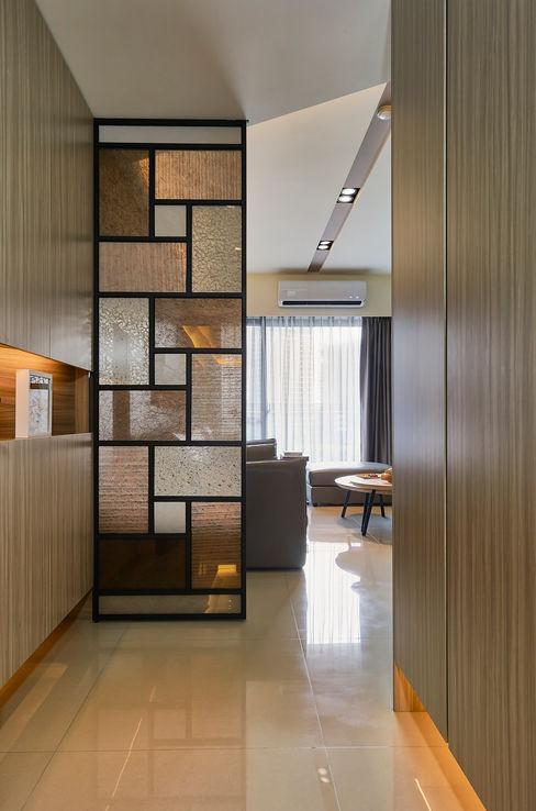 迎大門而立的拼布感屏風 青瓷設計工程有限公司 Modern corridor, hallway & stairs
