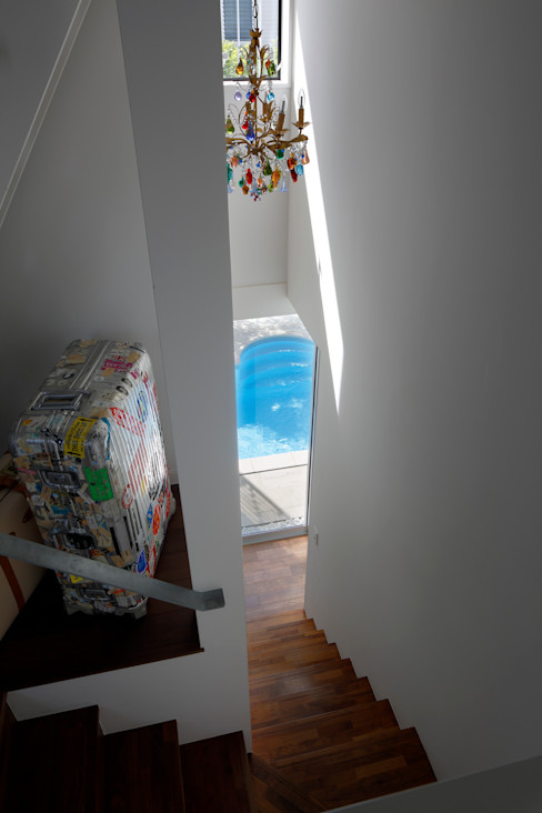 「水と光のある暮らし」吉祥寺のプールハウス 階段とプール TAMAI ATELIER モダンな 家