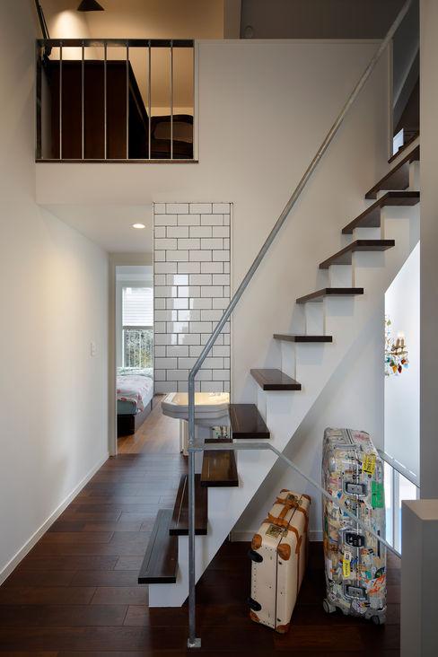 「水と光のある暮らし」吉祥寺のプールハウス 階段 TAMAI ATELIER モダンな 家