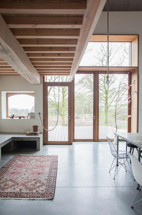 JEANNE DEKKERS ARCHITECTUUR Salas de estilo rural Concreto Gris