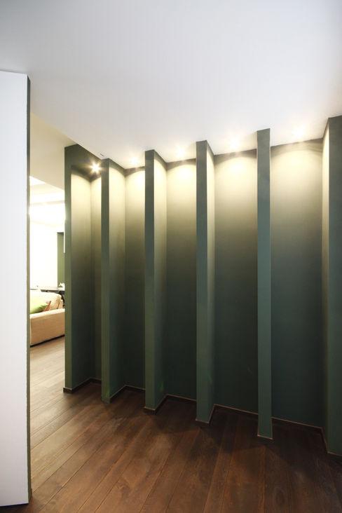 INGRESSO / SALA D'ASPETTO Andrea Orioli Ingresso, Corridoio & Scale in stile minimalista Verde