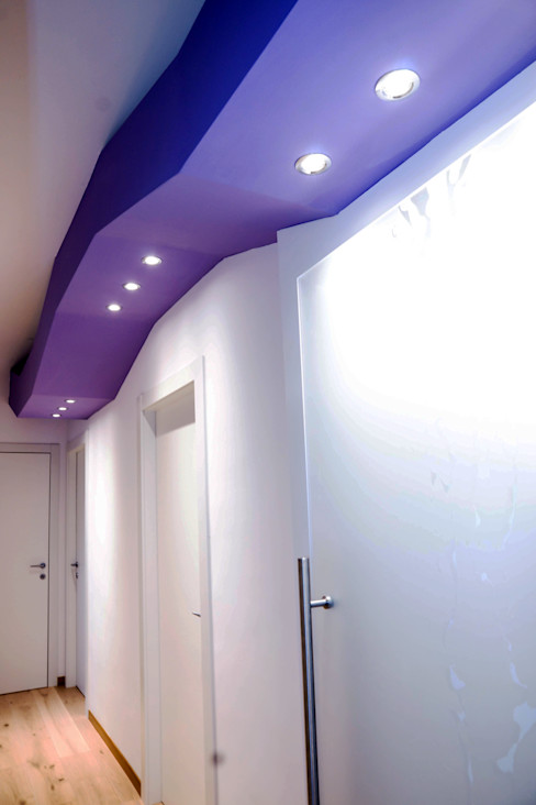 Luca Bucciantini Architettura d' interni Minimalist corridor, hallway & stairs Purple/Violet