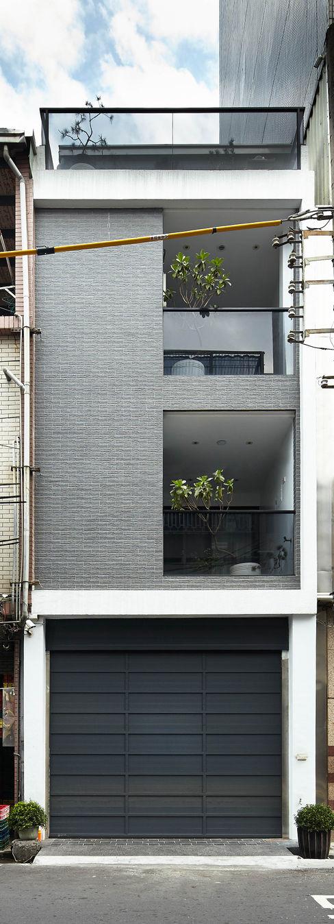 光影交錯的穿透樓梯,屬於都會的樂活休閒宅 合觀設計 現代房屋設計點子、靈感 & 圖片