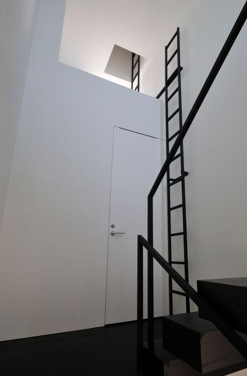 FRSW-HOUSE 門一級建築士事務所 モダンスタイルの 玄関&廊下&階段