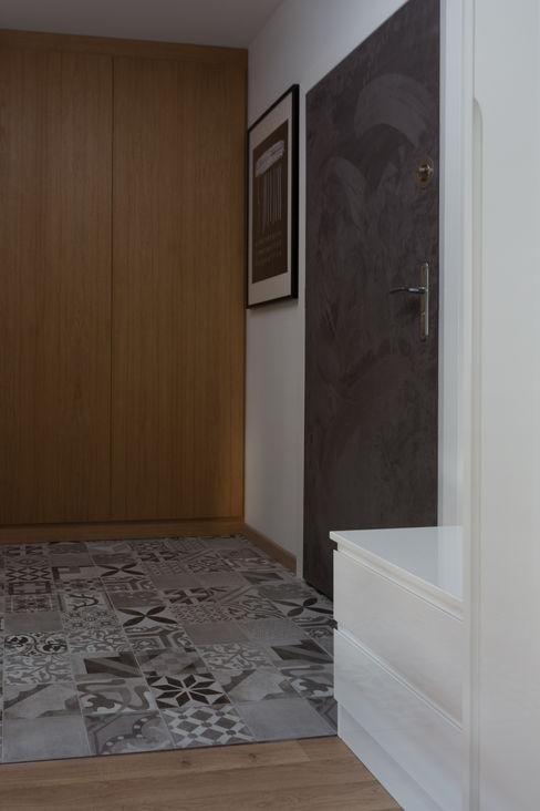 Kawalerka z tarasem Kraupe Studio Minimalistyczny korytarz, przedpokój i schody