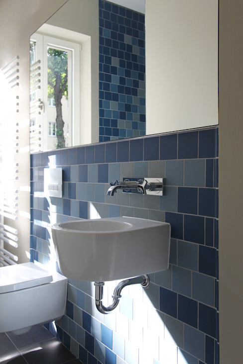 Gästebad brandt+simon architekten Moderne Badezimmer Fliesen Blau