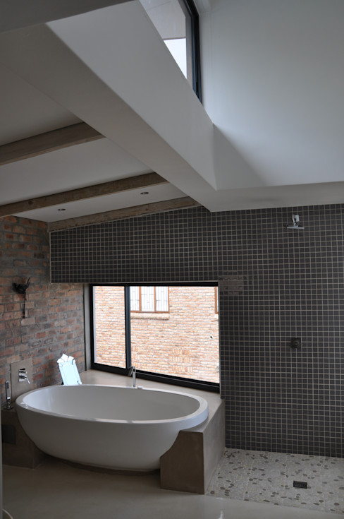 HOLIDAY HOME CONVERSION Gallagher Lourens Architects Modern bathroom