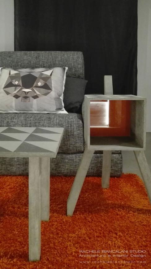dettaglio del tavolinetto matera con schienale in vetro retroverniciato arancio Rachele Biancalani Studio Soggiorno moderno Arancio