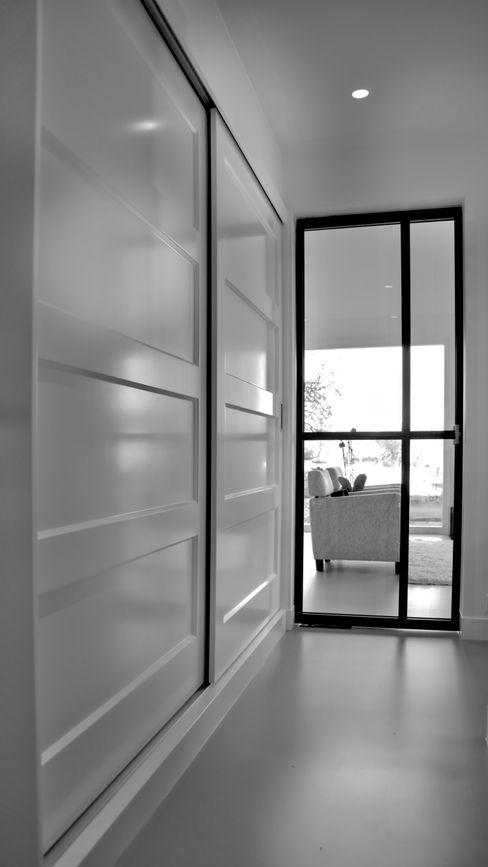 Project Heiloo-kasten, deuren en wandbekleding Joep Schut, interieurmaker Moderne gangen, hallen & trappenhuizen MDF Wit
