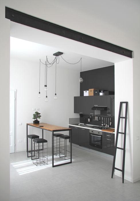 ABITAZIONE FB_ ristrutturazione CHIARA MARCHIONNI ARCHITECT Cucina in stile industriale Legno composito Grigio