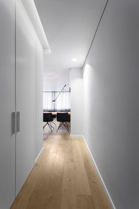 PAULO MARTINS ARQ&DESIGN Pasillos, vestíbulos y escaleras escandinavos