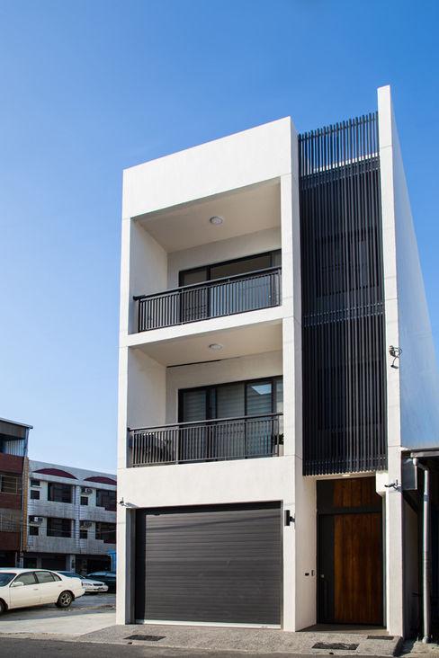 台南 謝宅建築體 直譯空間設計有限公司 現代房屋設計點子、靈感 & 圖片 White