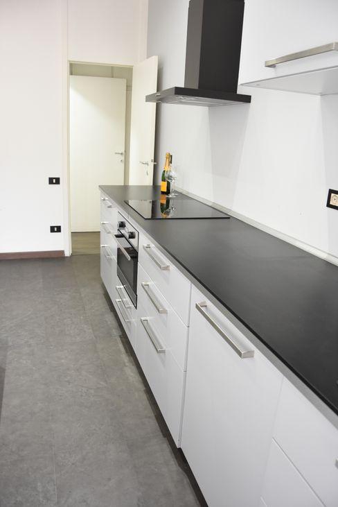 Cucina studio 'dragora architettura e paesaggio Cucina moderna Piastrelle Grigio