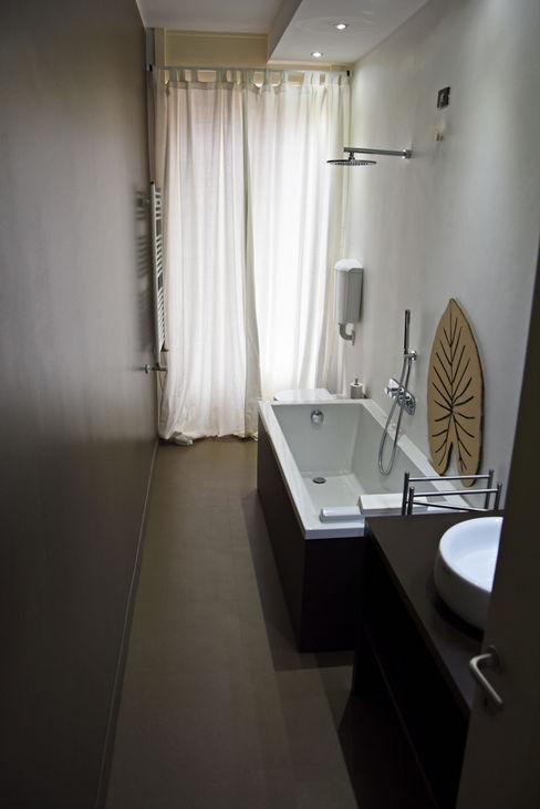Bagno studio 'dragora architettura e paesaggio Bagno moderno Piastrelle Marrone