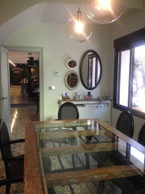 Sala de reunión vintage en oficinas A interiorismo by Maria Andes Estudios y despachos de estilo moderno Madera maciza Acabado en madera