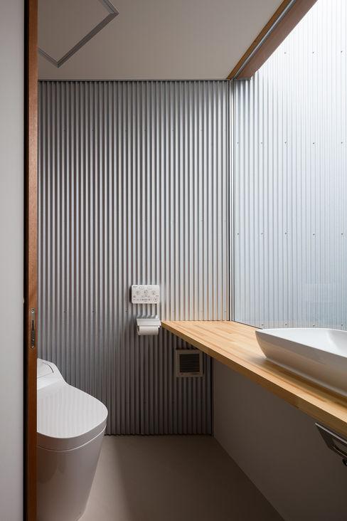 光溢れるトイレ 建築設計事務所SAI工房 洗面所&風呂&トイレ棚