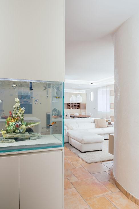 ingresso con acquario incastonato manuarino architettura design comunicazione Ingresso, Corridoio & Scale in stile moderno Beige