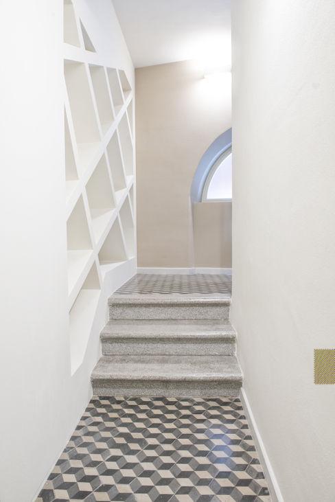 ingresso e scala Luca Doveri Architetto - Studio di Architettura Ingresso, Corridoio & Scale in stile minimalista