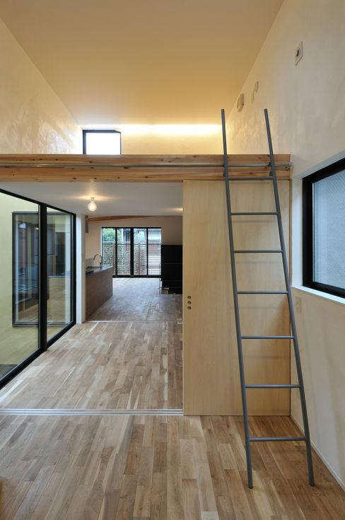 子供部屋と専用の小屋裏収納 藤井伸介建築設計室 モダンデザインの 子供部屋