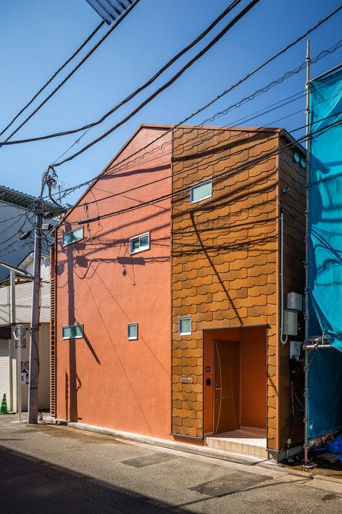 外観 リノベーションアパートメント 東京都北区  homify 北欧風 家 スレート オレンジ