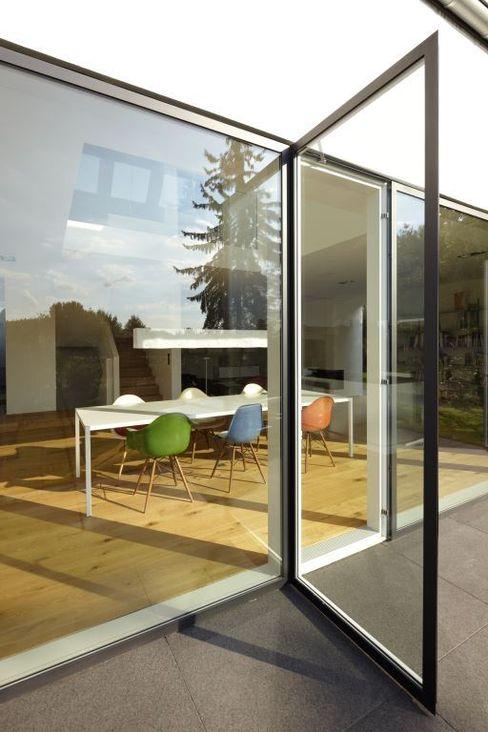 Terrassentüren Falke Architekten Minimalistische Fenster & Türen Aluminium/Zink