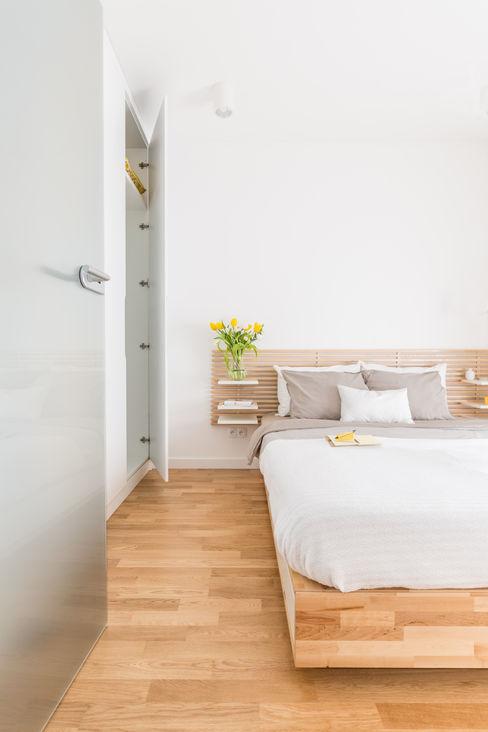 Pracownia Architektury Wnętrz Decoroom Habitaciones modernas Madera Blanco