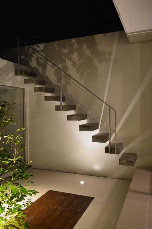 ケイシャチノイエ 久友設計株式会社 モダンデザインの テラス 白色